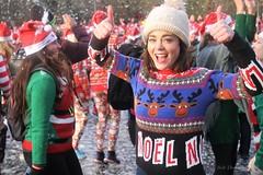Kim-Lian van der Meij bij de Ugly Sweater Run in het Vondelpark.