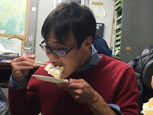 ケーキをほうばる企画者宮厚