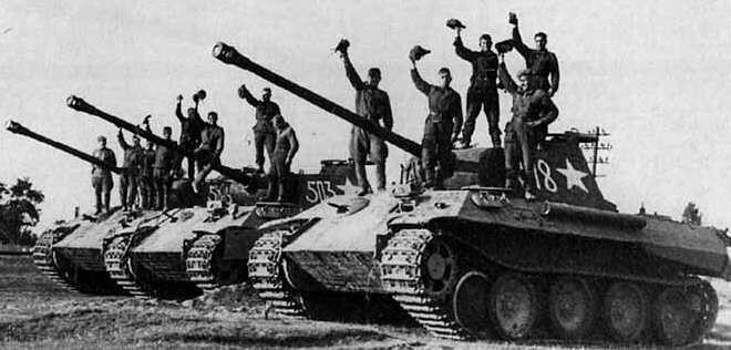 Αιχμαλωτισμένα γερμανικά Panther με σοβιετικά διακριτικά.