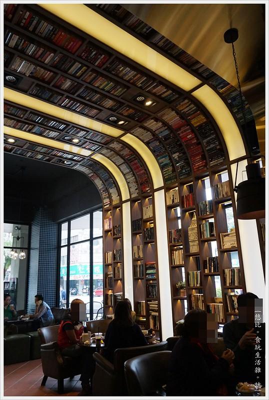 卡啡那CAFFAINA 大墩店-3-店內裝潢書牆