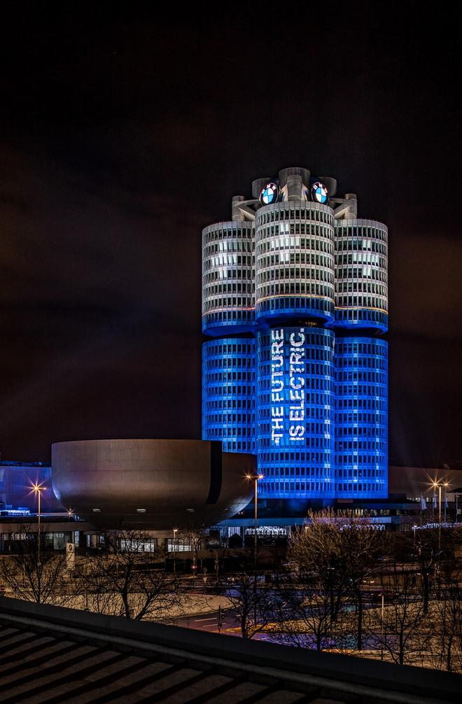 [新聞照片四] BMW德國慕尼黑總部的四汽缸大廈呈現精彩的燈光表演, 慶祝2017年全球銷售提前達到10萬輛電動車的年度目標
