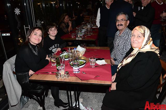 Diş Hekimi Hatice Demir, Annesi Fatma Demir, Babası Hüseyin Demir ve oğluyla birlikte keyifli bir akşam geçirdi.