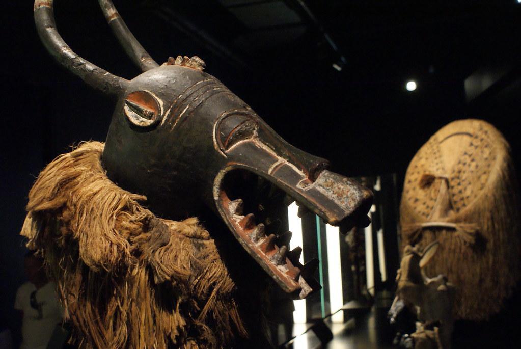 Masque africain dans le musée anthropologique de Lyon.
