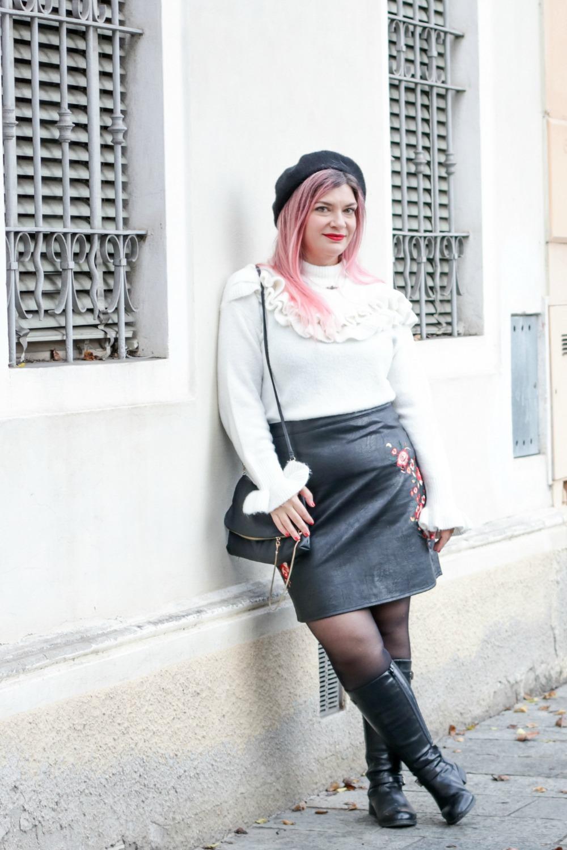 Outfit plus size rosso bianco e nero, maglione con balze e gonna ricamata (9)