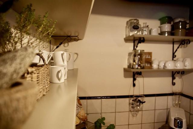 Planken met serviesgoed keuken
