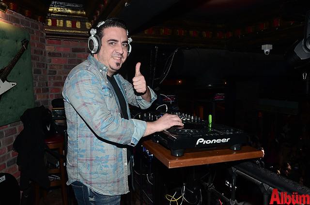 Mekan konser öncesi DJ Serdar Küçükşahin'in seçtiği parçalarla şenlendi.