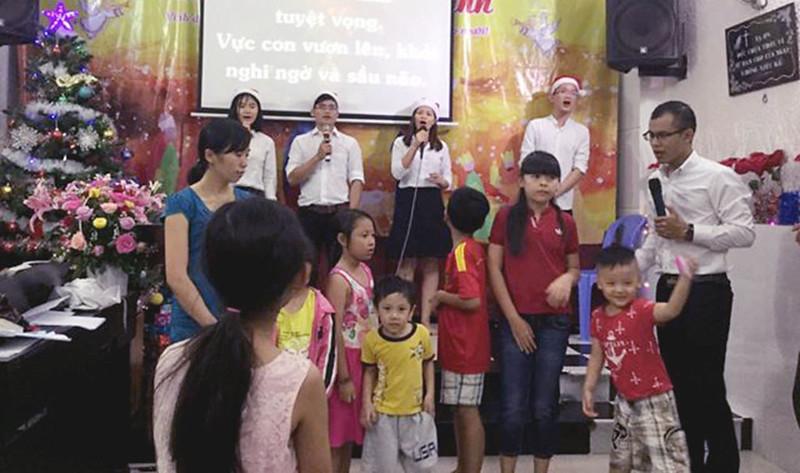 Hội Thánh Sài Gòn - GIáng Sinh Có khoảng 60 người tham dự và 10 người tiếp nhận Chúa (1)