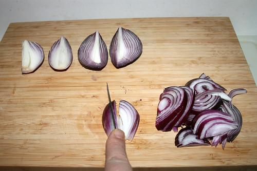 10 - Zwiebel in Spalten schneiden / Cut onions in slices