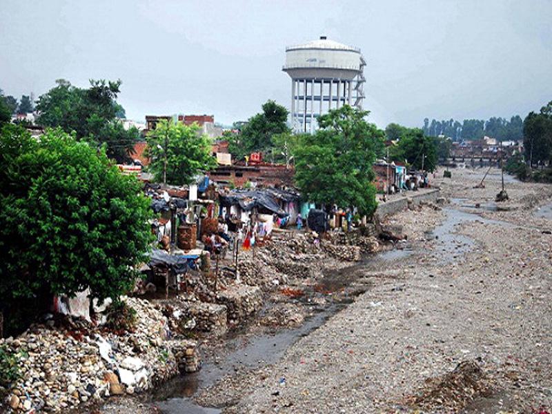 रिस्पना नदी के किनारे बसी अवैध कॉलोनियाँ (फोटो साभार: हिन्दुस्तान टाइम्स)
