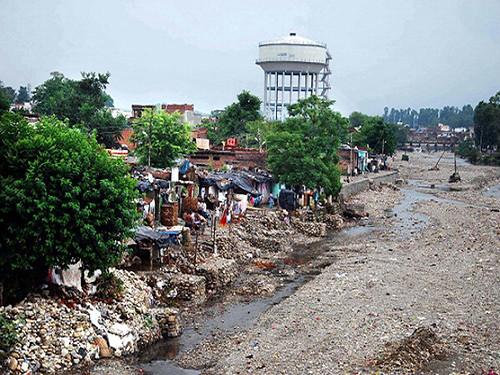 रिस्पना नदी के किनारे बसीं अवैध कॉलोनियाँ