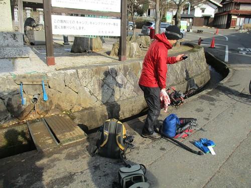 登山口で泥が付いたゲイターなどを洗い落とせる。そういえばくだりは尻スキーとかして超楽しいし楽。つまり冬の方が圧倒的に楽。