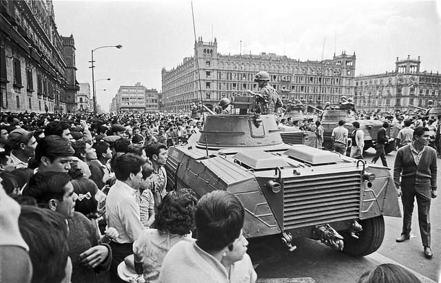 Repressão do Exército mexicano a protesto estudantil no Zócalo, Cidade do México - Créditos: Wikicommons