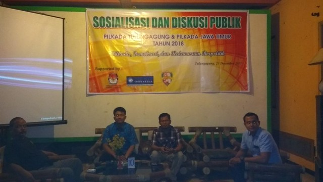 Dari kiri, ketua organisasi kelompok Vespa Tulungagung Wasono, ketua Panwaslu Tulungagung Eko Sunarko, ketu KPU Suprihno. (23/12)