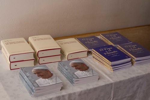 Ejemplares sobre el Papa Francisco fueron lanzados en el campus Villarrica UC