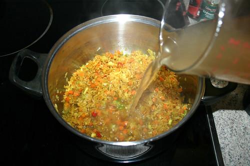 32 - Mit Hühnerbrühe ablöschen / Deglaze with chicken broth