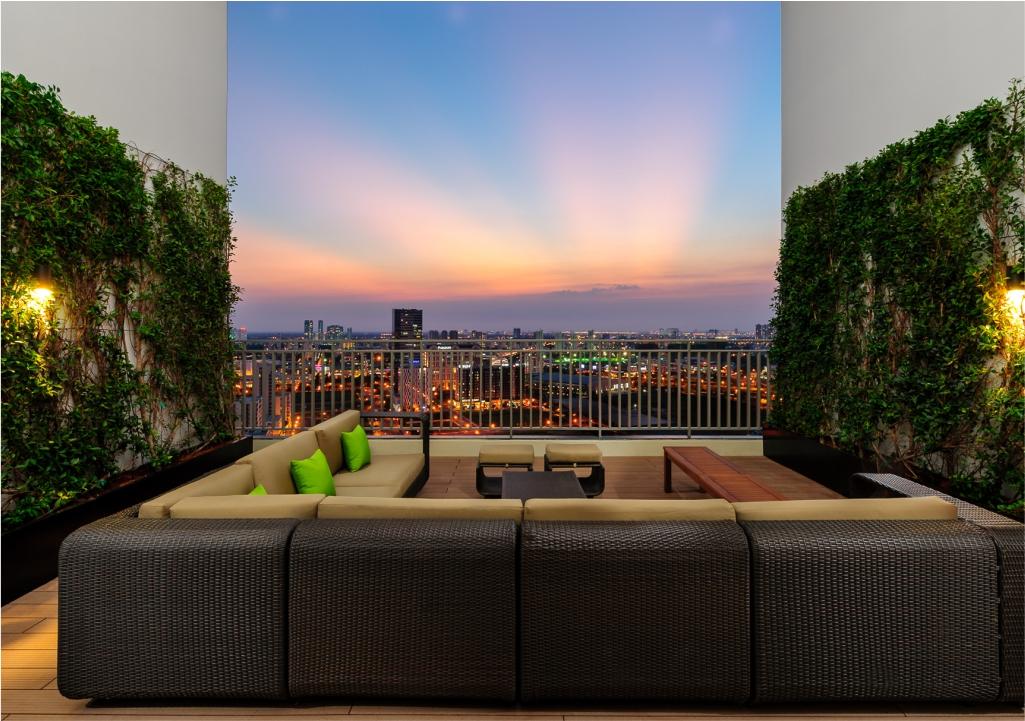 Sân vườn trên cao tầng 29 Riviera Point: nơi thư giãn và ngắm thành phố.