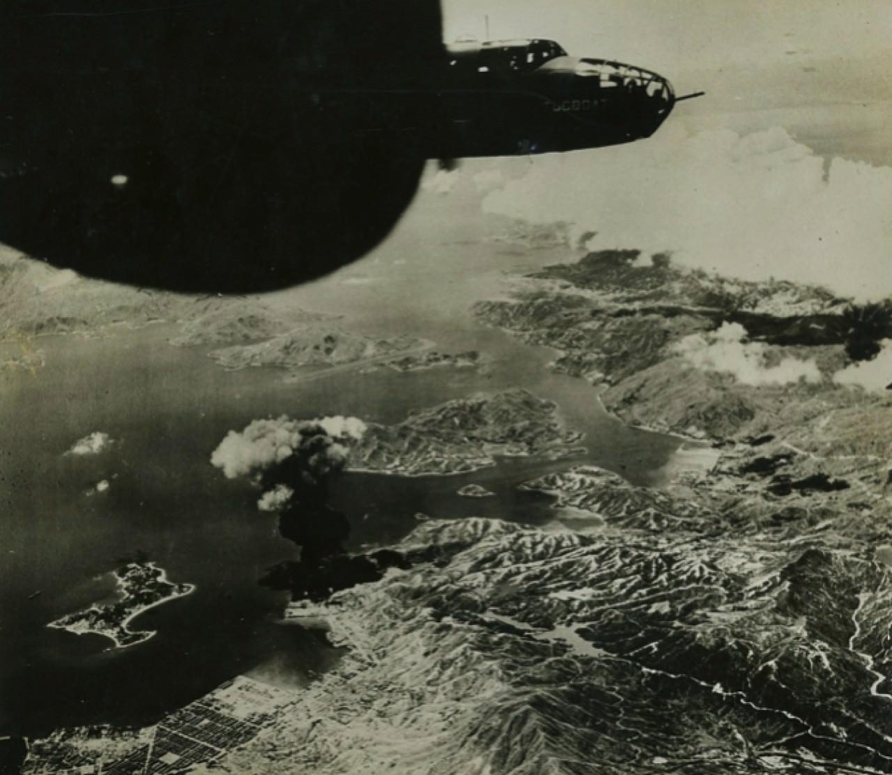 圖為美國空軍B-25轟炸機炸毀香港油庫。 (互聯網圖片)