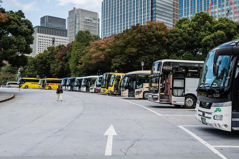 楠公レストハウス前に止まる観光バス