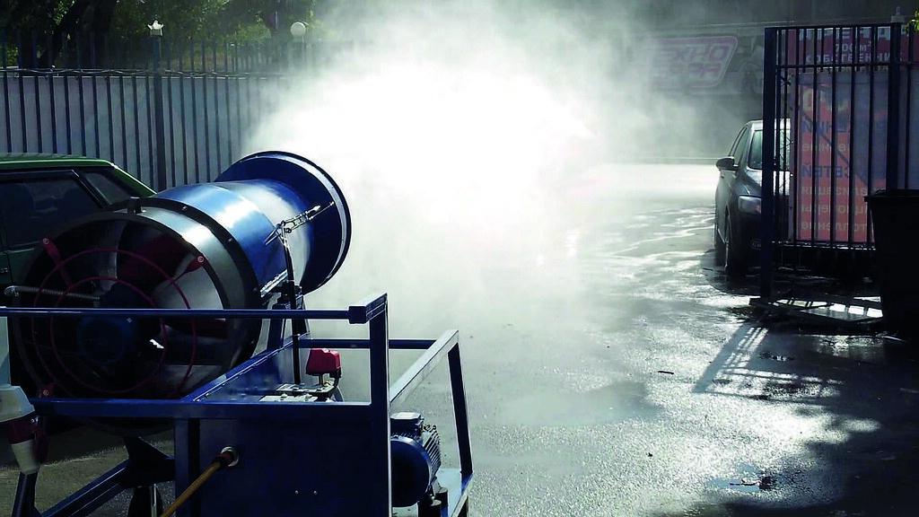 Процесс увлажнения воздуха на территории добычи угля пушкой