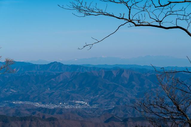 大岳山の遥か先に上州・日光の山々