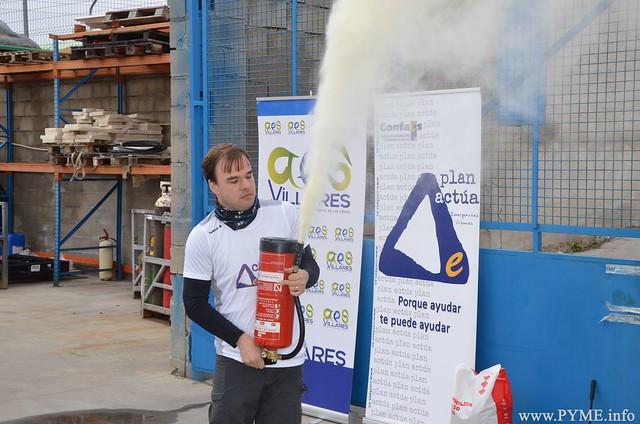Alberto Fiz vacía un extintor tras su uso en varios ejercicios prácticos.