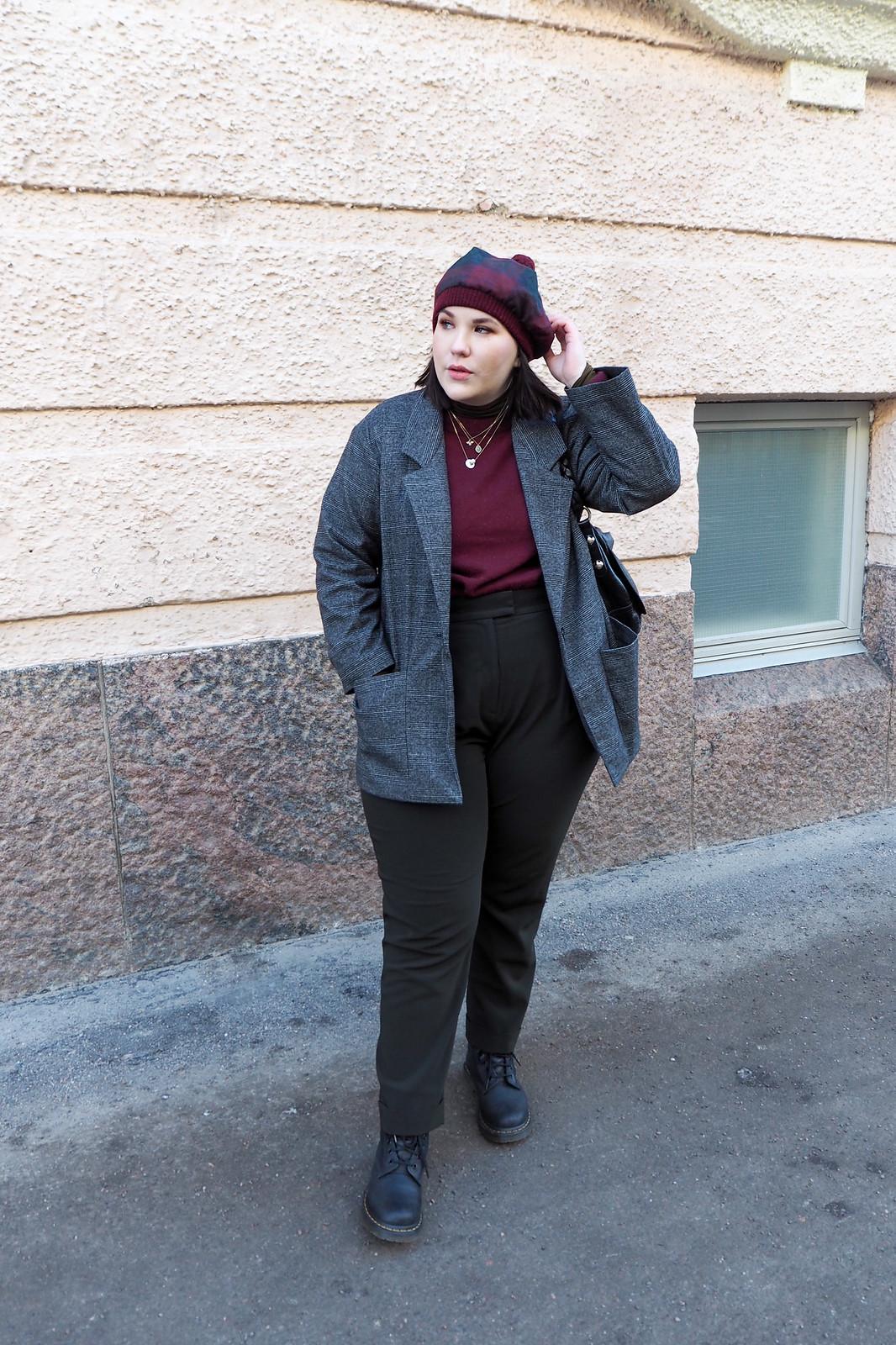 Ruutujakku, viininpunainen villapaita, vihreät housut-10