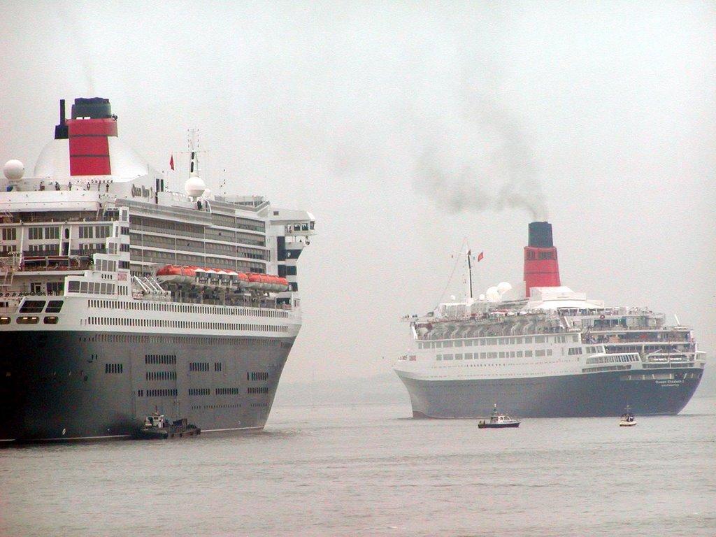 Meeting of Queen Mary 2 and Queen Elizabeth 2.
