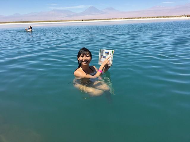 地球の歩き方を水中に座って読む