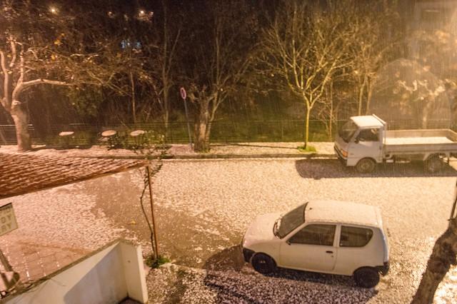 Στα λευκά «ντύθηκε» για λίγο η Ψίνθος κατά την διάρκεια σφοδρής χαλαζόπτωσης (22/01/2018)
