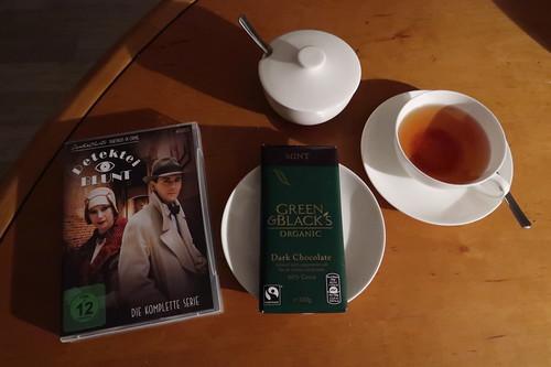 """Schwarzer Tee (Darjeeling First Flush) und Minzschokolade zur Pilotfolge der britischen Fernsehserie """"Detektei Blunt"""""""