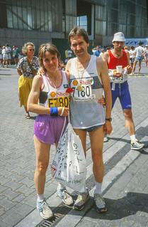 Gisela und Karlheinz im Zielbereich des Hamburg-Marathons