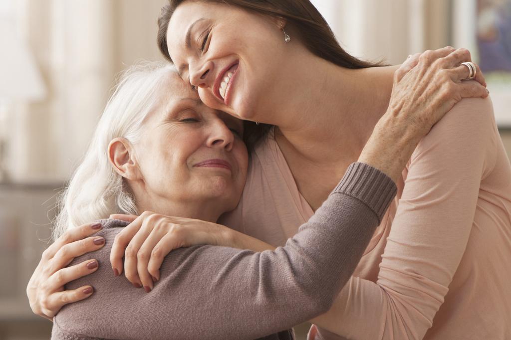 กอดผู้สูงอายุ