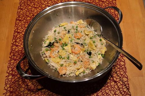 Reis mit Erbsen, Omelett und Shrimps (noch im Wok)