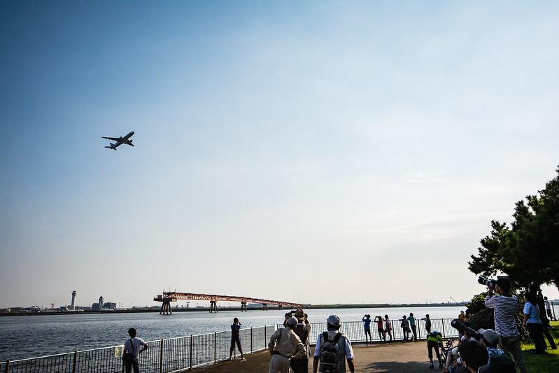 広角レンズで撮影した城南島海浜公園と飛行機