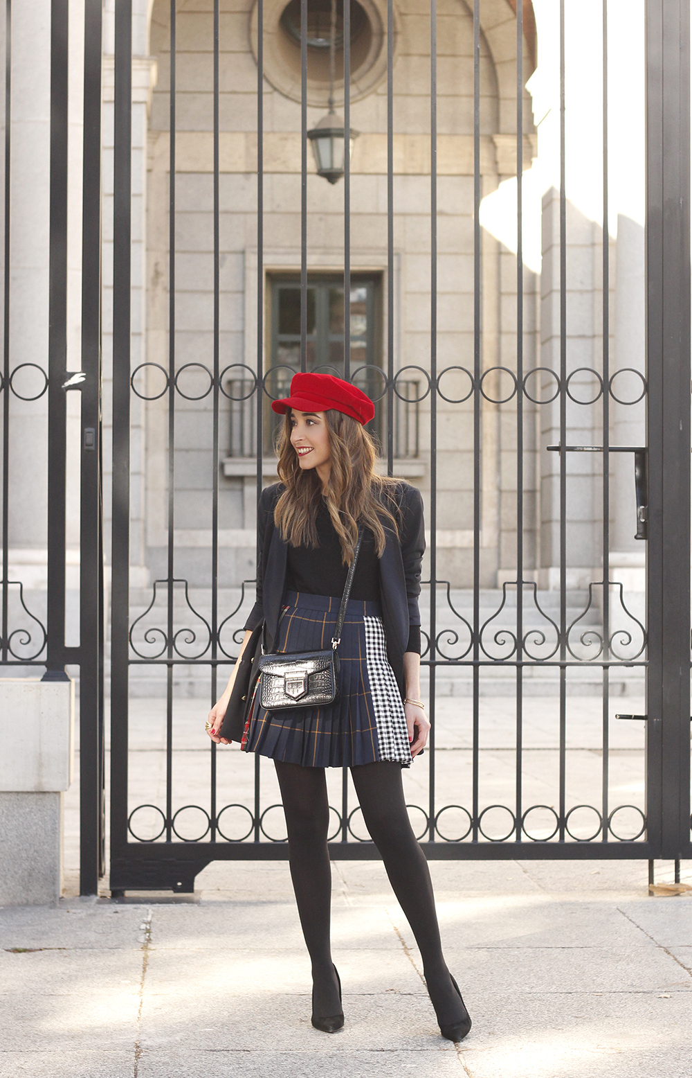 pleated skirt Scottish print Vichy print red navy cap givenchy bag winter outfit falda de tablas look invierno 201805