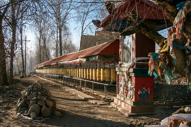 Prayer wheels along with the road, Garzê 甘孜 カンゼゴンパへ続く道のマニ車
