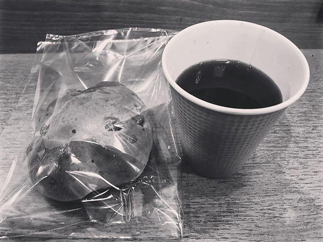 朝の病院の時間つぶし。 コーヒーをかなり久しぶりに飲んだら甘く感じたわ。 コーヒーはまたしばらくいいな。 #コーヒー #くるむパン