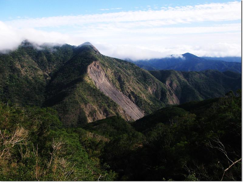 霧里乙南山東南望巴層巴墨山(左)、825山頭(中)、中心崙山(右)