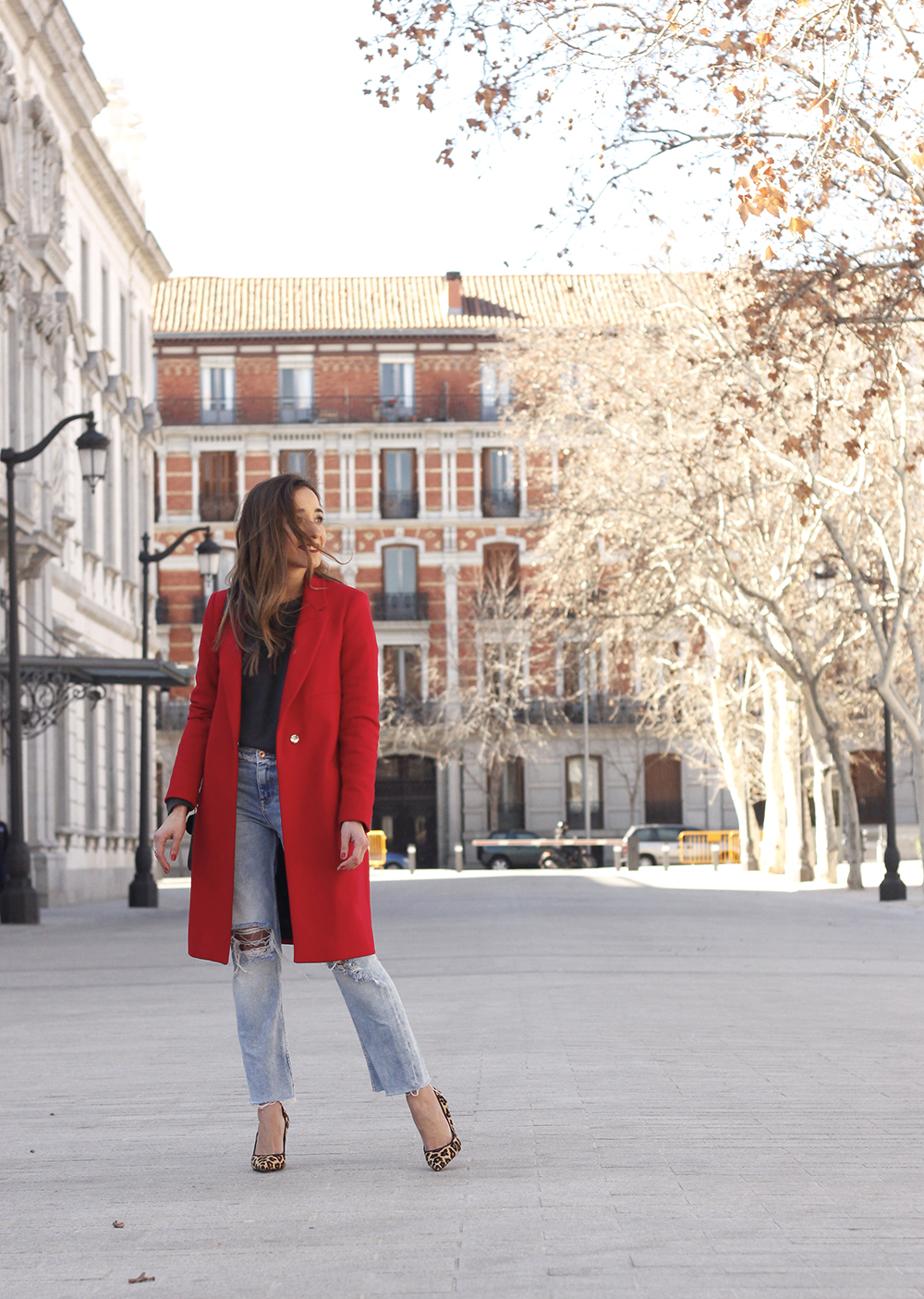 red coat givenchy bag ripped jeans leopard heels winter outfit look de invierno01