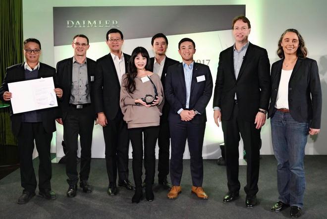 台灣賓士總裁邁爾肯(左二)親自率領團隊包含HIMA楊博士及經銷商代表和顧問合作單位前往現場共襄盛舉,以【Mercedes-Benz星夢想-生態復...