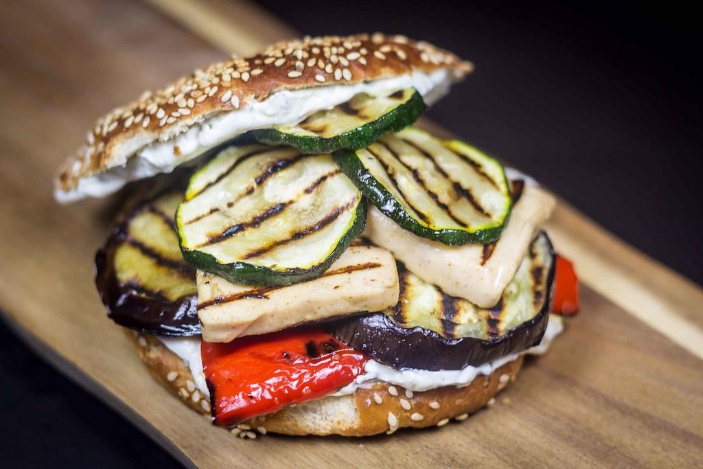 Vegetarburger med grillost og grillede grøntsager (7)