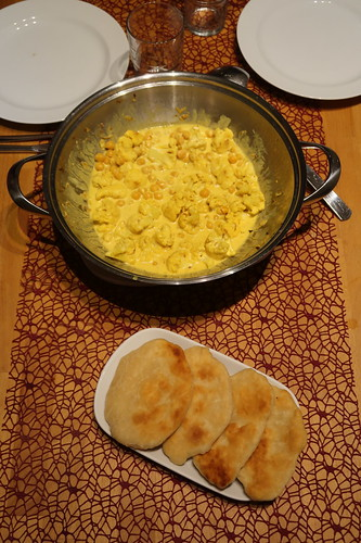 Blumenkohl-Kichererbsen-Curry mit Fladenbrot (Tischbild)