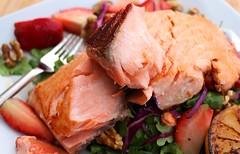 SAUTÉED SALMON WITH ARUGULA, STRAWBERRIES & WALNUTS IN RASPBERRY VINAIGRETTE