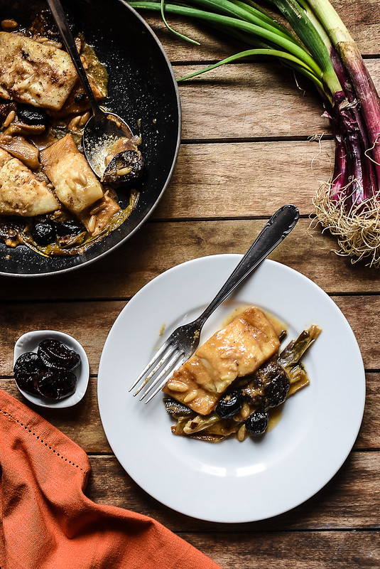 Baccalà con cipollotti, prugne secche e pinoli