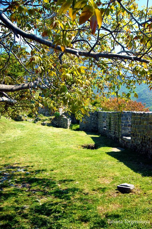 Крепостные стены в нижней части города