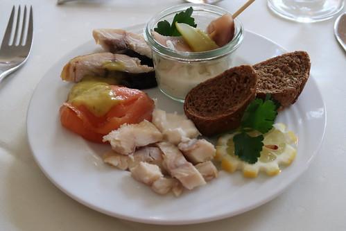 Lachs, Makrele und Forelle sowie Heringsstipp (vom Vorspeisenbuffet im Victoria-Hotel Minden)