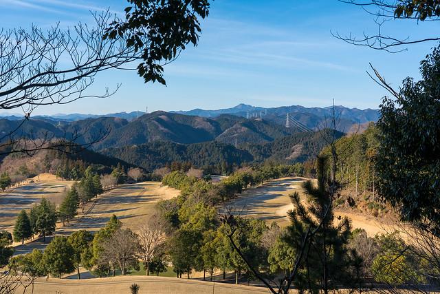 ゴルフ場越しに名栗と奥多摩の山々