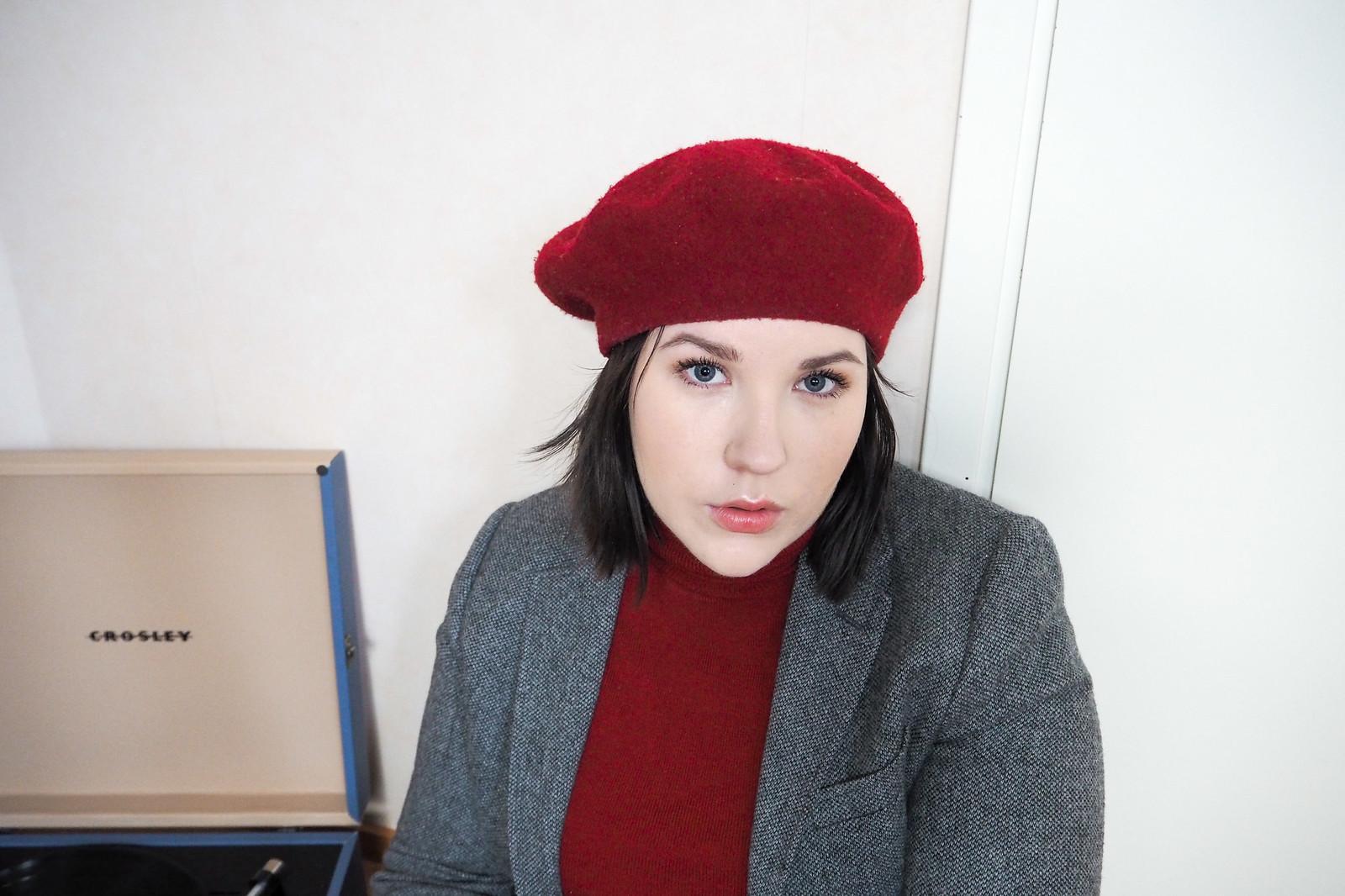 Punainen poolopaita, gant harmaa jakku, punainen baskeri-3