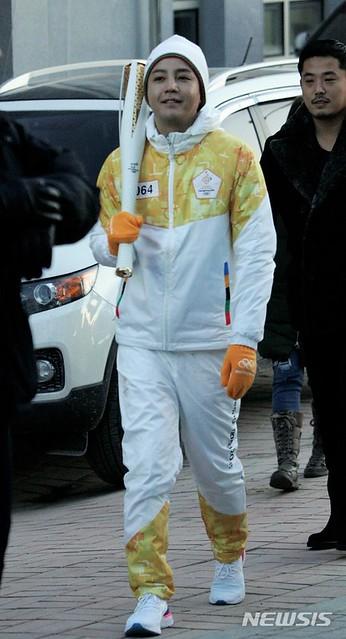 성화 받기 위해 나서는 평창동계올림픽 홍보대사 장근석
