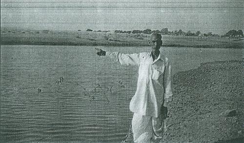 माधौपुर तालाब के पास खड़े हैं पानी समिति अध्यक्ष श्री रामकरणजी